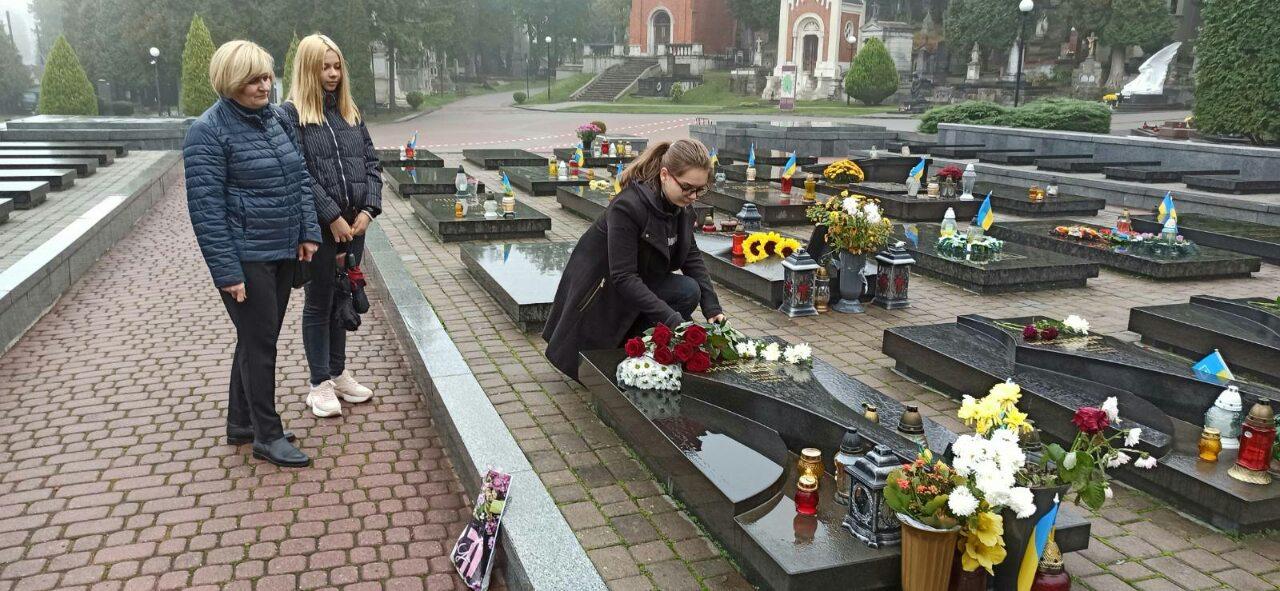 Покладання квітів учнями 9-Б класу на могилу Юрія Вербицького