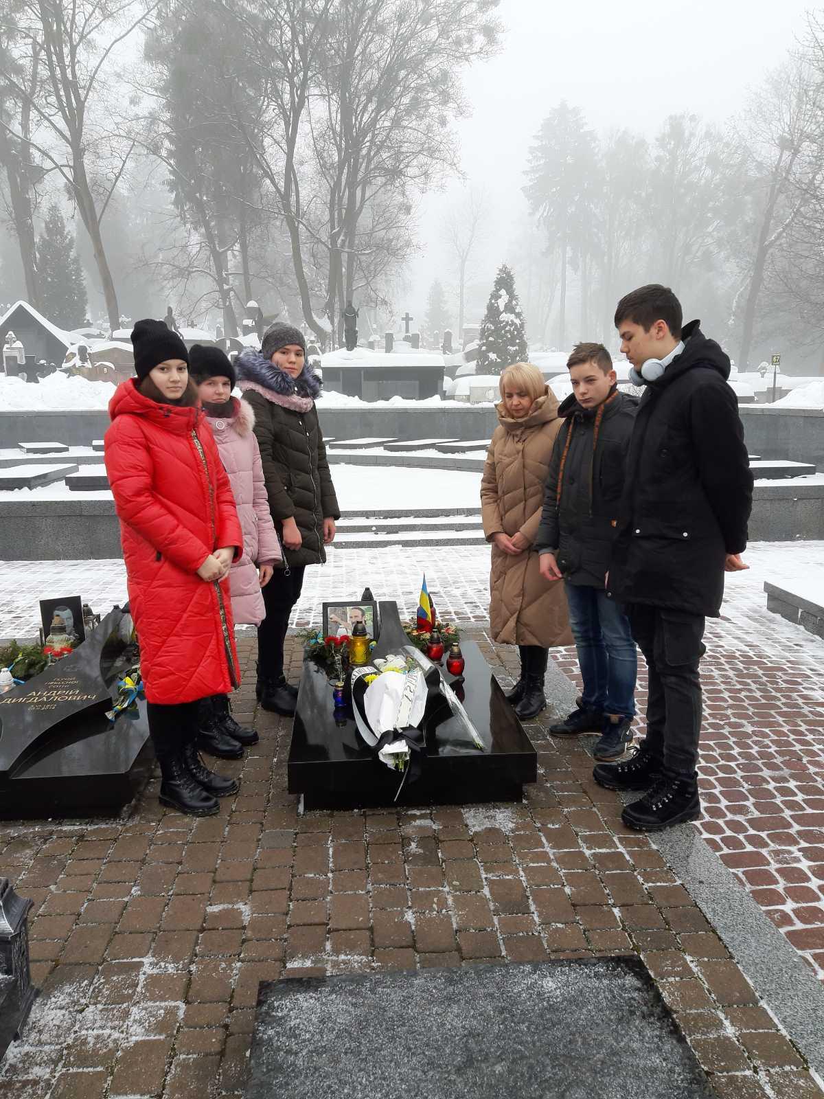 Покладання квітів на могилу героя Небесної Сотні Юрія Вербицького